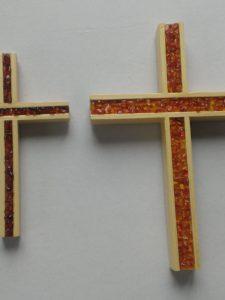 Krzyż łączony z bursztynem - pełny frez K 1